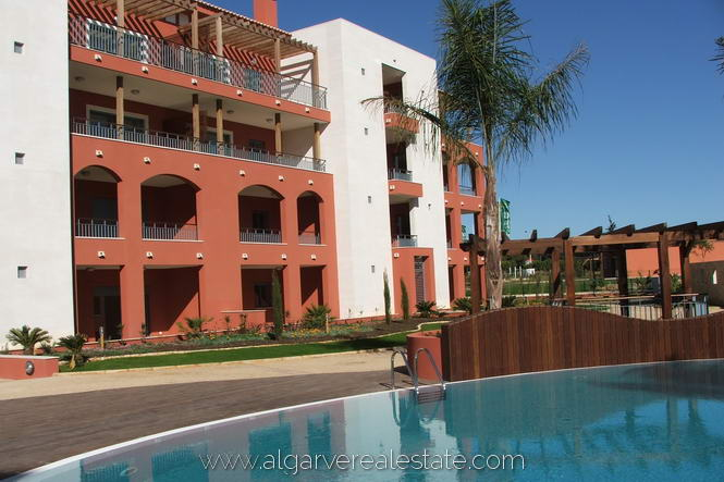 10-victoria-gardens-pool-view-apartments